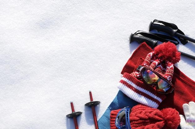 Narty i śnieg w tle