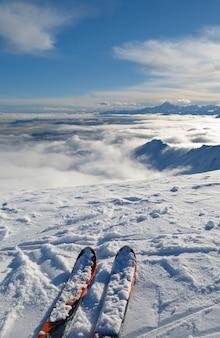 Narty na szczycie góry, zimowy krajobraz w alpach