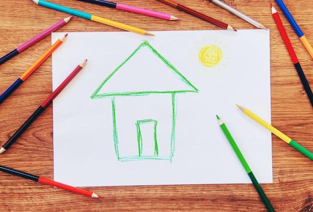 Narysuj rodzinę domu dziecka. selektywna ostrość.