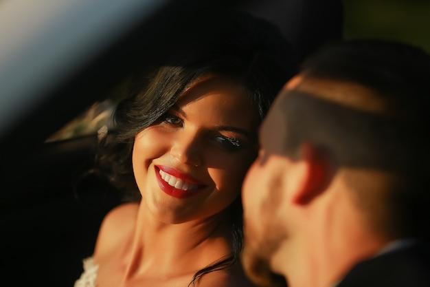 Narzeczeni. młoda para ślub, ciesząc się romantycznymi chwilami na zewnątrz na letniej łące. szczęśliwa panna młoda i pan młody na ich ślubie. stylowa piękna szczęśliwa panna młoda i pan młody, uroczystości weselne