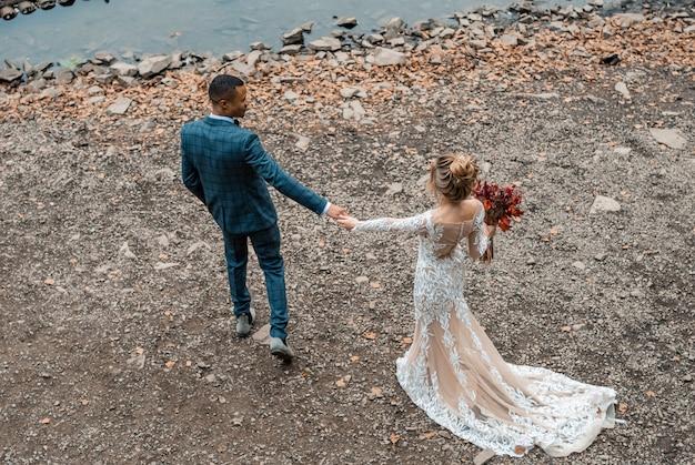Narzeczeni na ślub na piękne jezioro.
