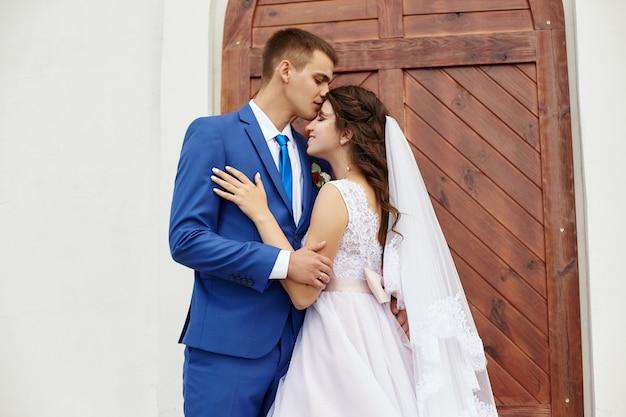 Narzeczeni przytulić i pocałować na weselu