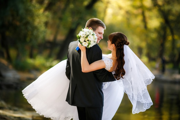 Narzeczeni są romantyczną chwilą