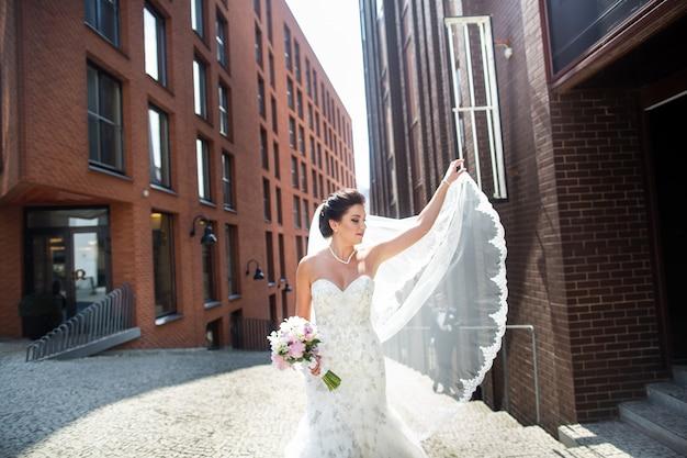 Narzeczeni spacery po mieście, dzień ślubu, małżeństwo. narzeczeni w mieście. młoda para w dniu ślubu.