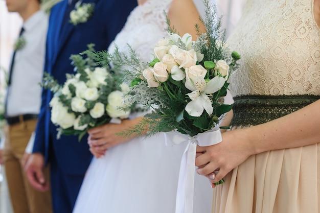 Narzeczeni stoją na ceremonii ślubnej