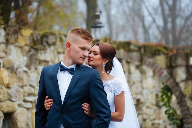 Narzeczeni w dzień ślubu na zewnątrz. nowożeńcy mężczyzna i kobieta. szczęśliwa para w dzień ślubu.