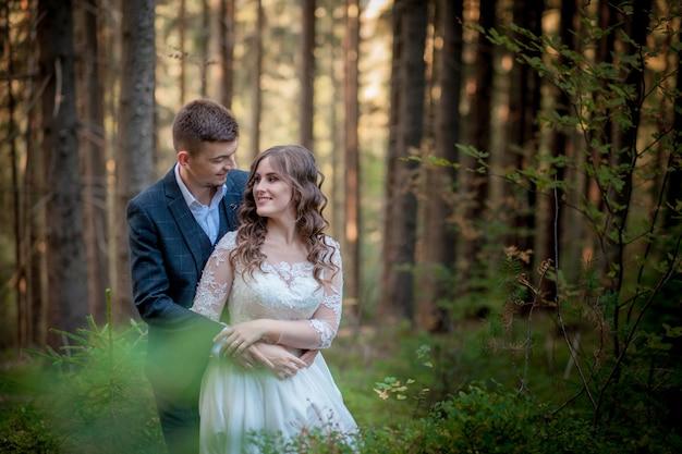 Narzeczeni w lesie na ślubie, sesja zdjęciowa.