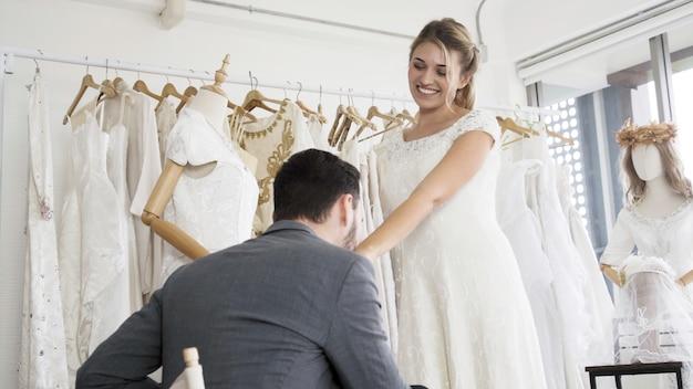 Narzeczeni w sukni ślubnej przygotować ceremonię.