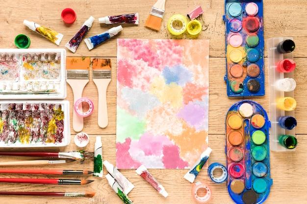 Narzędzia artysty na biurku