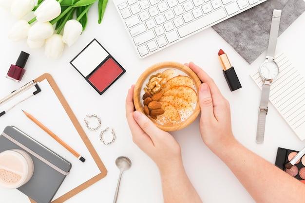 Narzędzia biurowe i śniadanie