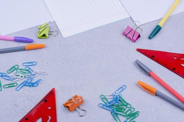 Narzędzia biurowe lub szkolne z papierem i ołówkami