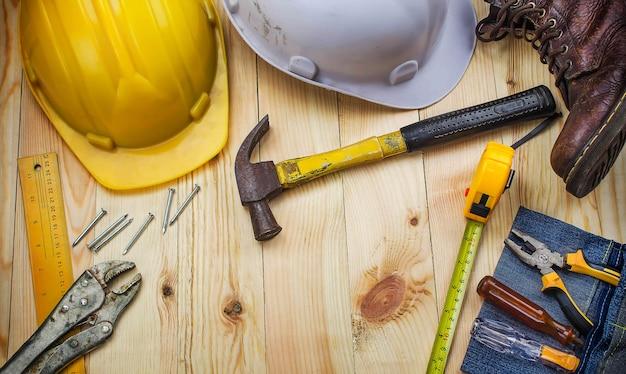 Narzędzia budowlane na biurku pracownika. widok z góry