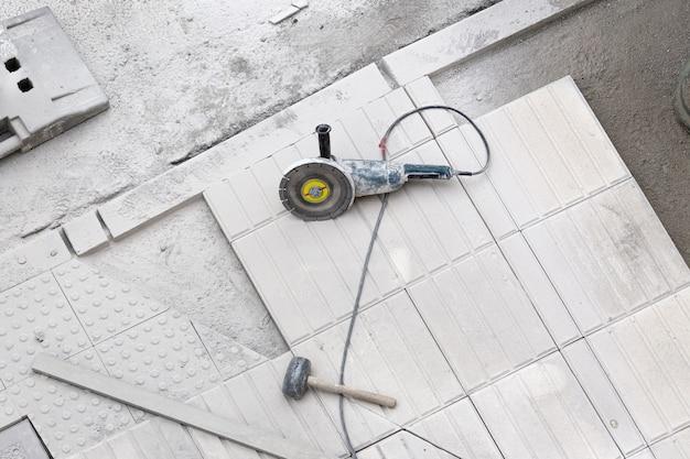 Narzędzia budowlane na chodniku w naprawie. tło budowy