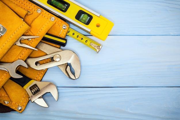 Narzędzia budowlane na niebieskich tablicach przygotowane przez rzemieślnika przed pracą