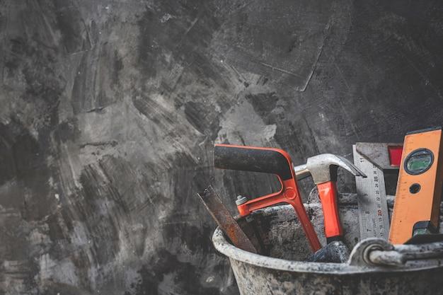 Narzędzia budowlane umieszczone na drewnianych podłogach.