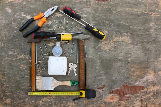 Narzędzia budowlane w postaci domu na drewnie.