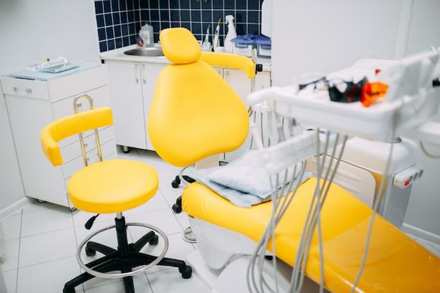 Narzędzia dentystyczne i sprzęt w gabinecie stomatologicznym