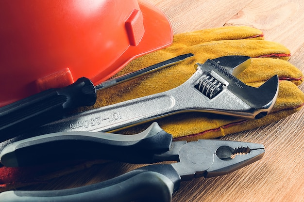 Narzędzia do budowy domu lub naprawy mieszkania, na drewnianym stole. miejsce pracy majstra. temat naprawy i budowy domu i profesjonalistów.