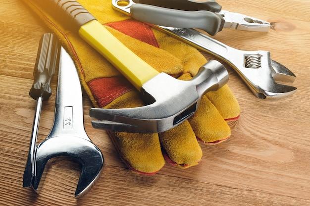 Narzędzia do budowy domu lub naprawy mieszkania, na drewnianym stole.