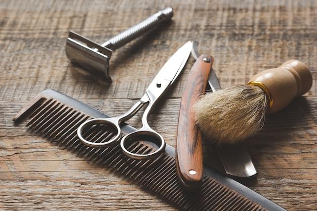 Narzędzia do cięcia brody w salonie fryzjerskim na podłoże drewniane.