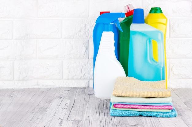 Narzędzia do czyszczenia - płyn, pasta, żel w plastikowych pojemnikach. pędzel, gąbka, serwetka z mikrofibry