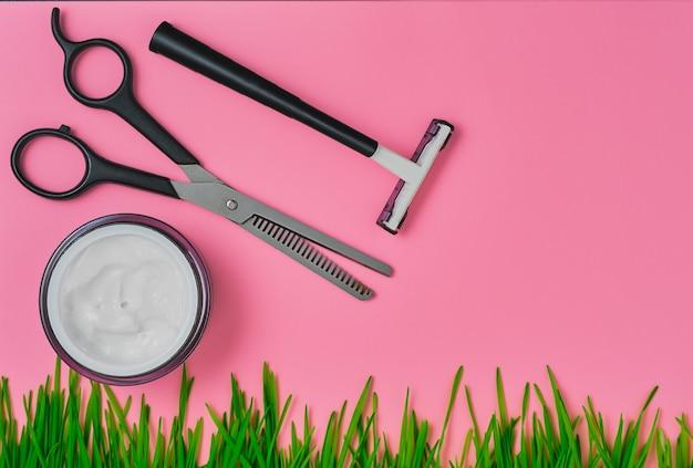 Narzędzia do golenia lub strzyżenia włosów w układzie fryzjera na jasnoróżowym tle, widok z góry z miejscem na kopię, układ lub pomysł na baner