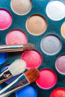 Narzędzia do makijażu i kosmetyki różne odcienie palety cieni do powiek oraz pędzel do makijażu