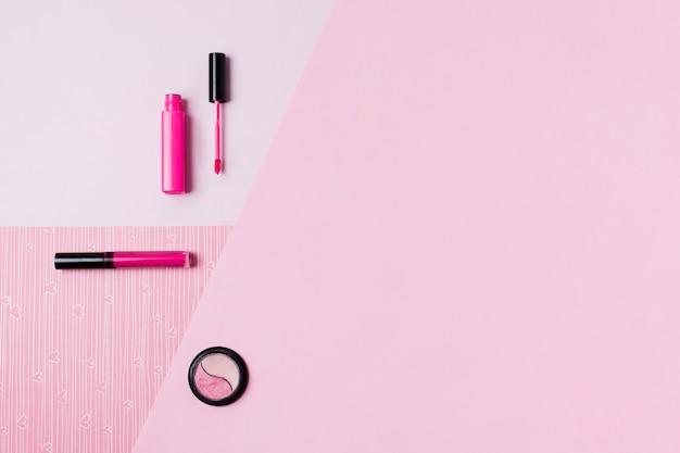 Narzędzia do makijażu na różowej powierzchni