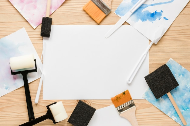 Narzędzia do malowania na biurku