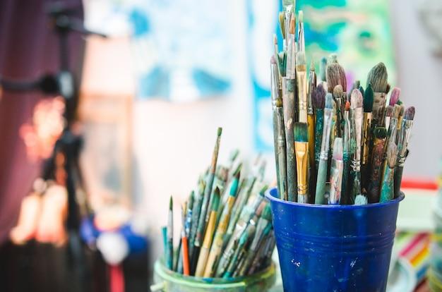 Narzędzia do malowania w studio. zestaw artystycznych pędzli wielokolorowych