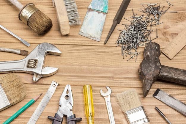 Narzędzia do naprawy domowej do ręcznych napraw i prac konserwatorskich, narzędzia stare i zakurzone.