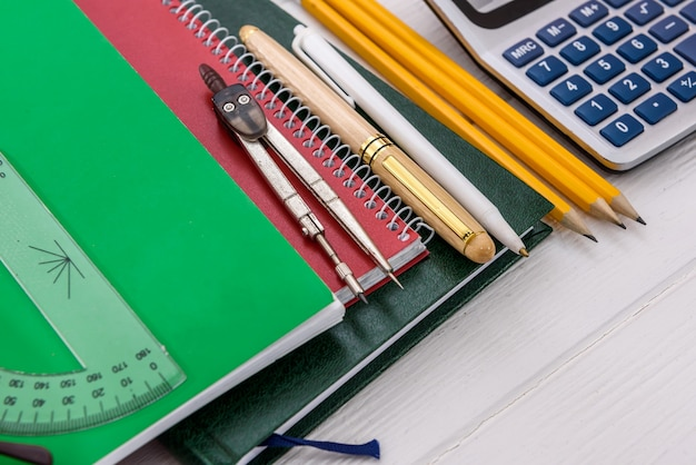 Narzędzia do nauki na stole z bliska
