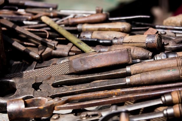 Narzędzia do obróbki metalu na stole.