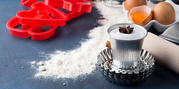 Narzędzia do pieczenia wałek do ciasta, przesiewacz, formy listowe. składniki ciasta ciasta słodki żywności