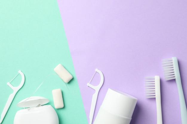 Narzędzia do pielęgnacji zębów na dwukolorowym tle, widok z góry