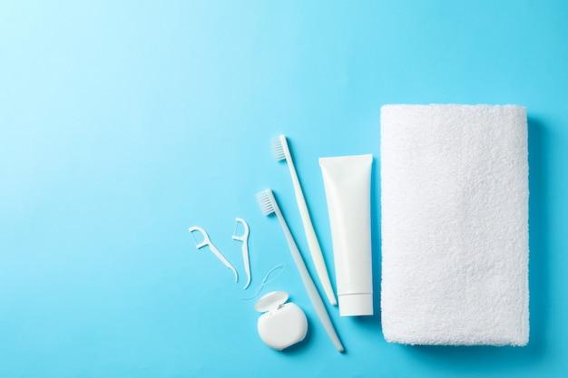Narzędzia do pielęgnacji zębów na niebieskiej powierzchni