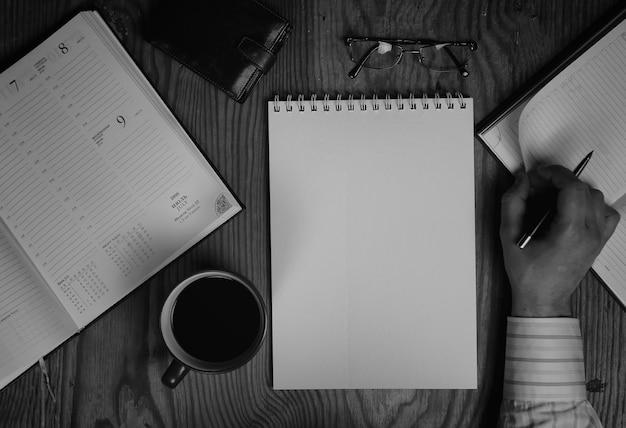 Narzędzia do pisania na monochromatycznym papierze do notebooków