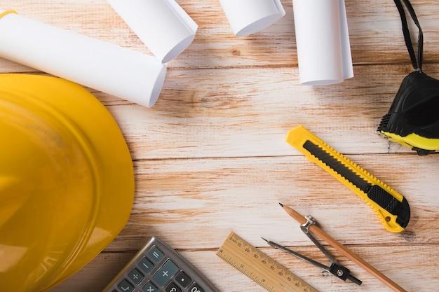 Narzędzia do projektowania domu na drewnianym stole