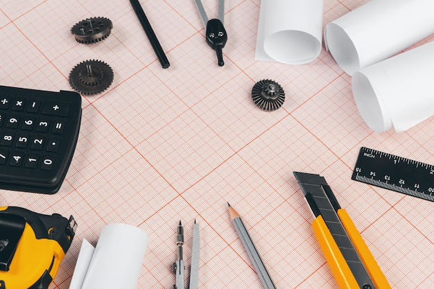 Narzędzia do rysowania na czerwonym papierze milimetrowym z miejsca kopiowania