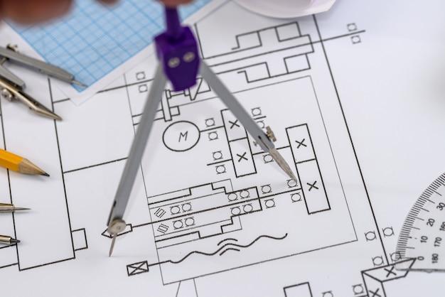 Narzędzia do rysowania w szkicu technicznym na stole z bliska