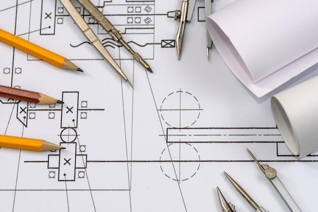 Narzędzia do rysowania z planami w rolce na schemacie
