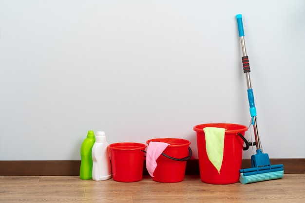 Narzędzia do sprzątania domu na drewnianej podłodze