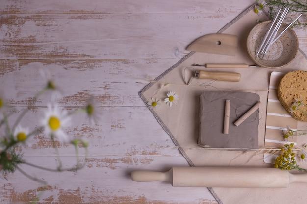 Narzędzia do wyrobu ceramiki na drewnianym stole