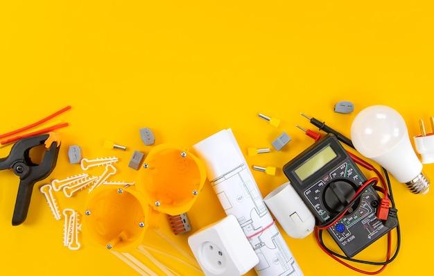 Narzędzia elektryczne do naprawy elektryków w domu. selektywne skupienie.