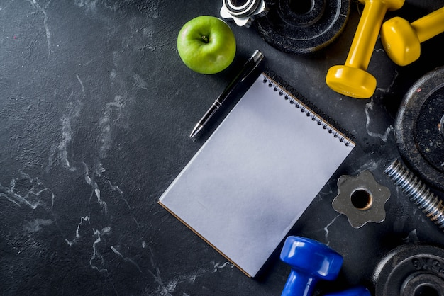 Narzędzia fitness i hantle z pustego notatnika