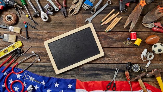 Narzędzia grupowa różna praca na nieociosanym drewnianym stole