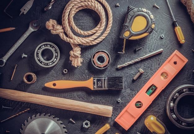 Narzędzia i instrumenty na czarnym tle stołu, widok z góry