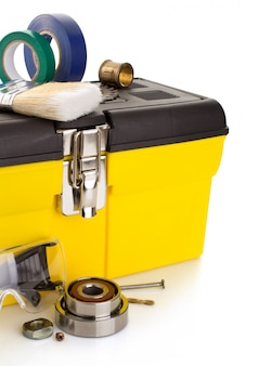 Narzędzia i instrumenty z przybornikiem na białym tle