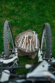 Narzędzia, instrument dla naprawiać rower na drewnianego tła plenerowym pobliskim bicyklu