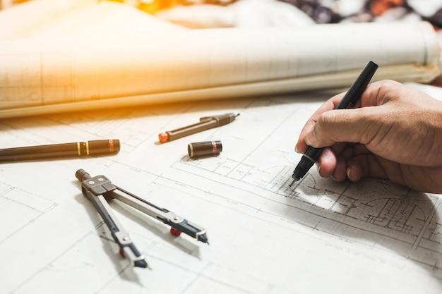 Narzędzia inżynieryjne i do rysowania na stole